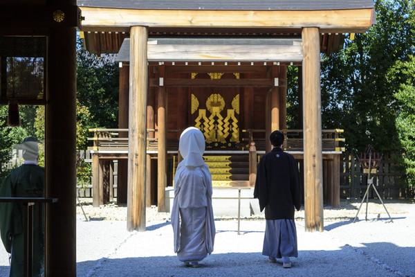 新郎新婦と神社