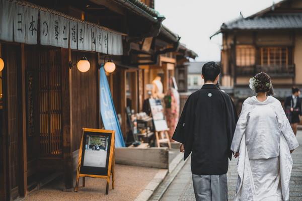 京の街並みと新郎新婦