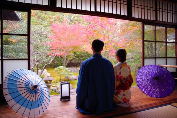 京都旅行をするカップル