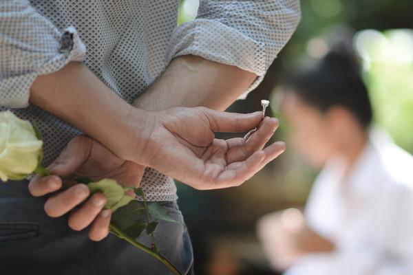 指輪を渡す男性
