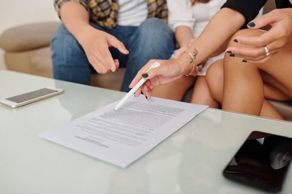 契約の相談をするカップル